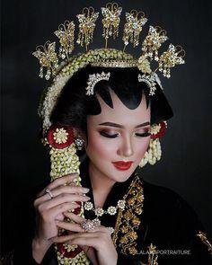 Javanese Wedding, Indonesian Wedding, Foto Wedding, Wedding Bride, Pre Wedding Photoshoot, Wedding Poses, Wedding Make Up, Dream Wedding, Muslimah Wedding Dress