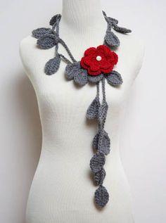 foulard de croché gris simulando hojas y con flor roja