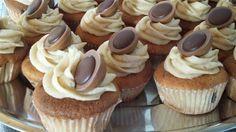 Ingredisenser: 190 g flydende margarine 375 g sukker 3 æg 350 g hvedemel 4 stk. blendet bananer 2 tsk. Vaniliesukker 2 tsk. Bagepulver 1 dl mælk Karamel glasur: 90 g smør ½ dl brun farin 0,3 dl mælk 1 tsk. Vaniliesukker 2½ dl flormelis eller mere til det bliver en fast glasur. Frem... Mini Cupcakes, Muffins, Desserts, Food, Tailgate Desserts, Muffin, Deserts, Essen, Postres