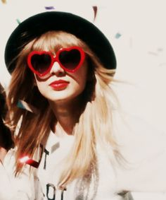 taylor swift with the red heart shaped glasses! Taylor Swift Fotos, Taylor Swift Music, Swift 3, Taylor Alison Swift, Red Taylor, Heart Shaped Glasses, Celebs, Celebrities, My Idol