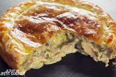 Comment faire une tourte au poulet et aux champignons. Recette facile avec photo… How to make a chicken and mushroom pie. Easy recipe with photos. With puff pastry. To be enjoyed alone or with family. Empanadas, Samosas, Chicken And Mushroom Pie, Cooking Recipes, Healthy Recipes, Savoury Dishes, Food Photo, Chicken Recipes, Stuffed Mushrooms