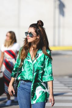 The half-tuck is going to be your secret weapon. #refinery29 http://www.refinery29.com/2016/10/126401/hawaiian-shirts-fashion-trend#slide-6