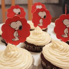I love the simple colors of red, black and white for this party. 1 Year Old Birthday Party, Halloween Birthday, Birthday Party Decorations, 4th Birthday, Birthday Ideas, Bolo Snoopy, Snoopy Cake, Snoopy Birthday, Snoopy Party