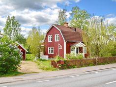 Das Haus liegt an der Straße, die durch den Ort Bruzaholm führt (Tempo 50).