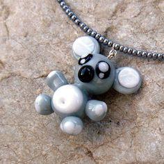 Náhrdelník - medvěd KOALA - vinutá perle Náhrdelník medvěd KOALA je z ručně vinuté skleněné perle z vlastní dílny. Náhrdelník je na kovovém lanku, potaženém nylonem, zapínání na karabinku.Délka lanka 37cm (na přání možná i jiná délka ). Medvěd KOALA na náhrdelníku cca výška - 30 mm. Náušnice k tomuto náhrdelníku naleznete zde.