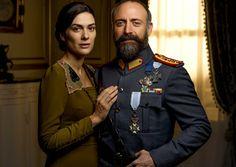Halit Ergenç como Cevdet e Bergüzar Korel como Azize em Vatanım Sensin.