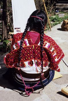 Chiapas, México ~ Weaver wears a beautiful woven huipil as she works at the backstrap loom Mexican Costume, Mexican Outfit, Folk Costume, Fairy Costumes, Maya, Mexico City, Mexican Textiles, Guatemalan Textiles, Mexico Culture