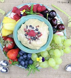Raw fruit dip - This creamy dip has a texture similar to cream cheese icing. It actually makes a great frosting for raw cakes, and is great layered with berries in a parfait! (raw, vegan, paleo) | The Rawtarian