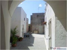 L'agenzia Immobiliare Salento Vendocasa vende casa a corte a Serrano,  a pochi minuti dal mare di Otranto.