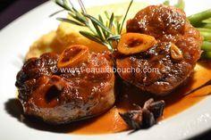 Jarret de Porc Caramélisé Sauce Au Vin Cuit (pour 4 personnes) Ingrédients: 8 jarrets de porc 1 oignon 4 gousses d'ail 1 branche de romarin 1 feuille de laurier 1 anis étoilé (badiane) 2 piments oiseau 2 marmites de bouillon de bœuf (ou en cubes) 2 càs...