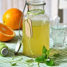 DIY přírodní léky z léčivých rostlin proti kašli, rýmě, chřipce a nachlazení.Sirupy z rýmovníku, česneku, bezu černého, meduňky, tymiánu, divizny a mateřídoušky Home Canning, Korn, Mojito, Ramin Karimloo, Herbalism, Mason Jars, Food And Drink, Health Fitness, Drinks