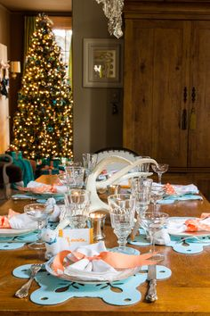 House of Turquoise: Christmas Eve with The Visual Vamp. Love the placemats and napkins, unusual colors for Christmas and love it!