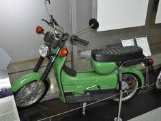 """Prototyp KR52 mit 16Zoll-Rädern  > Ebenfalls unter dem unter der Bezeichnung """"KR52"""" wurden weitere mögliche Nachfolgemodelle für die Schwalbe entwickelt. Bei der Entwicklung der Prototypen legte man, wie auch schon bei den Modellen der SR-/KR51-Baureihe, großen Wert darauf die neuen Fahrzeuge aus bereits im Baukastensystem vorhanden Teilen zu entwickelt. Dies ermöglicht geringere Entwicklung und Produktionskosten. Es wurden sowohl Prototypen mit 16"""" als auch mit 12"""" Zoll Rädern entwickelt."""