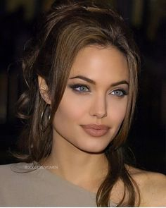 Discover recipes, home ideas, style inspiration and other ideas to try. Angelina Jolie Makeup, Angelina Jolie Style, Brad Pitt And Angelina Jolie, Angelina Jolie Hairstyles, Angilina Jolie, Beauty Hacks, Beauty Tips, Beautiful Celebrities, Up Dos