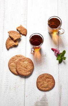 Une recette de biscuits moelleux aux cranberries et aux épices que tu peux rendre plus croquants en allongeant le temps de cuisson à 10 ou 12 minutes en fonction de ton four. Un goûter aux saveurs de cannelle et de sucre brun, avec une touche d'acidité des cranberries. Cookies Et Biscuits, Tea Time, Four, Products, Fluffy Biscuits, Mugs, Gadget
