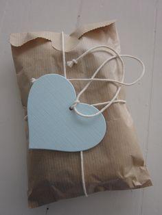 DIY set favor bags with elegant heart labels --- DIY set Kraft papieren zakjes met cellofaan zakje, gebroken wit touw en elegant hart label --- Kraamfeest, bruiloft of verjaardagsfeest