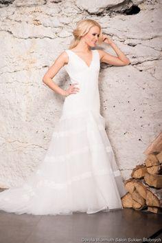 Francuska suknia koronkowa z pięknym dekoltem na plecach.