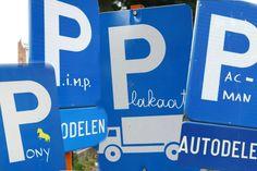 Grapjas 'pimpt' parkeerborden in Gent