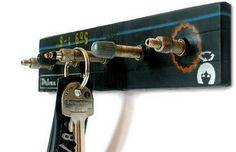 Porta-chaves feito com pedaço de madeira velha e bicos de câmaras de bicicleta