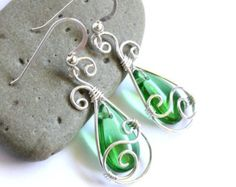 Lágrima pendientes de remolino - Briolette de vidrio verde y alambre de plata envuelven cuelgan