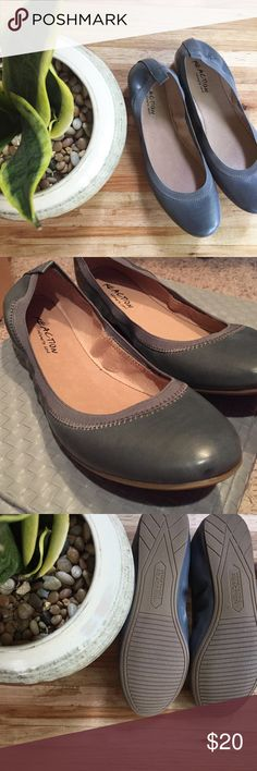 Kenneth Cole Reaction Flats in Blue Grey 🌟NIB🌟 Simple blue-grey flats from Kenneth Cole Reaction. Elastic cinching holds your feet in place. Never worn, new in the box! 📦 Size 9. Great for the workplace or with a pair of skinny jeans. Kenneth Cole Reaction Shoes Flats & Loafers