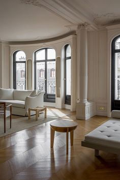 Cozy Home Interior Dcor Inspiration: A Paris Apartment by Christina Cole and Co. - an Haussmannian apartment on Rue Ampre in the Arrondissement of Paris Villa Interior, Home Interior Design, Interior Architecture, Interior Sketch, Classical Architecture, Luxury Interior, Dream Apartment, Paris Apartment Interiors, French Apartment