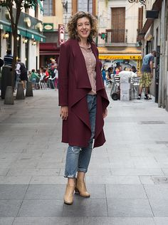 Liesl is here to walk you through sewing the Lisette for Butterick B6244 coat. It only has three pieces, no linings or facings, and a minimum of seams. So it's a quick and easy sew that makes…
