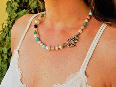"""Collier classique pierres """"Blanca II"""" et perles nacré, fèminin et chic, pierres naturelles en couleur pastel Agate, Quartz Rose, Ivoire, Beaded Necklace, Chic, Jewelry, Necklace Ideas, Beads, Natural Stones"""