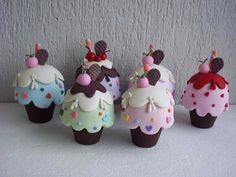 these cupcakes are to freaking cute! Fimo Polymer Clay, Polymer Clay Projects, Polymer Clay Creations, Clay Crafts, Arts And Crafts, Felt Cake, Deco Kids, Clay Figurine, Cute Clay