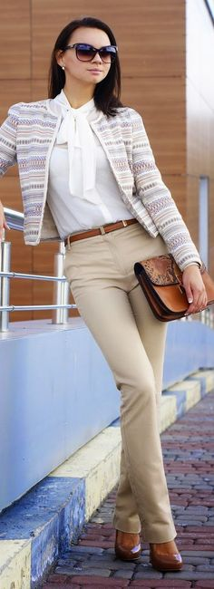 White tied neck blouse source camisa beige, camisa blanca, pantalon beige m Jean Beige, Beige Jeans, Camisa Beige, Chic Outfits, Fashion Outfits, Fashion Blogs, Look Formal, Beige Outfit, Outfits Mujer