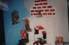 Decoração de Natal na entrada do teatro do Colégio Auxilium - Lareira em isopor