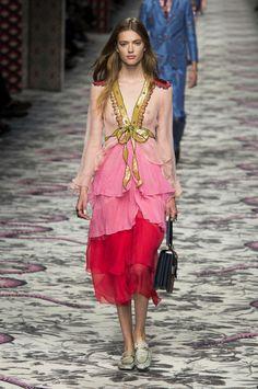 Gucci at Milan Fashion Week Spring 2016 - Runway Photos Moda Fashion, Fashion Over, Runway Fashion, High Fashion, Fashion Show, Fashion Brand, Style Fashion, London Fashion Weeks, Gucci Spring