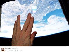 Astronauta da ISS postou foto fazendo sinal do Sr. Spock em direção à Terra (Foto: Reprodução/Nasa)