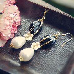 E61 Black Onyx & White Pearl earring