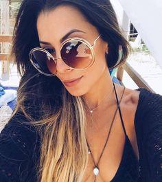 Os óculos nunca faltam nas malas de viagem para praia ☀️ A @thaylise_ferreira escolheu o #Chloe #Carlina para protegê-la do sol, sem abrir mão do estilo  #oticaswanny