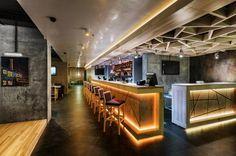 """Restaurante en Ucrania llamado """"Beton"""". Las combinaciones de color, textura y luz cálida dan una atmósfera muy agradable."""