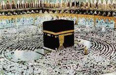 Un lloc sagrat de l'Islam és la Meca.  Cada any,  tres millions de peregrins van allà a fer el peregrinatge. Consta de rezar donant voltes a la pedra. Es un símbol molt important per als musulmans.