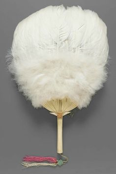 feather fan has 2000 years of history, the main material is bird feathers,production must pass through a series of processes. Photo sharing from America Boston museum prized 18-19 century Chinese exports to western countries feather fans.