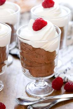Easy Chocolate mousse… decadent and rich! Here is a recipe for a rich easy chocolate mousse that uses only 3 ingredientsand takes less than a minute. Pudding Desserts, Köstliche Desserts, Pudding Recipes, Chocolate Desserts, Delicious Desserts, Dessert Recipes, French Desserts, Chocolate Decorations, Chocolate Mousse Recipe