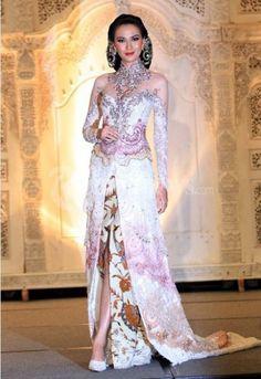 Trend Warna Dan Model Baju Kebaya Pengantin Modern Terbaru Tahun 2015 Kebaya Lace, Kebaya Dress, Batik Kebaya, Batik Dress, Kimono, Kebaya Brokat, Couture Wedding Gowns, Couture Dresses, Wedding Dresses