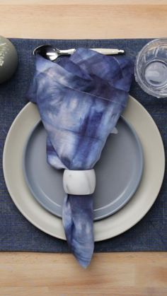 Make this gorgeous ombre napkin for your loved ones this Diwali season. Diwali Inspiration, Home Crafts, Diy And Crafts, Diwali Snacks, Healthy Bars, Diwali Celebration, Diy Ombre, How To Tie Dye, Little Bit