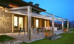 pergola aluminium, adossée à une maison ultra moderne, coin repas et coin spa, maison de luxe