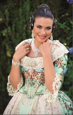 Laura Caballero con un traje en verde agua pastel. #fallas #fallera #falla… Costumes Around The World, Motif Design, Marie Antoinette, Traditional Outfits, Old And New, Vintage Dresses, Silk, Formal Dresses, American