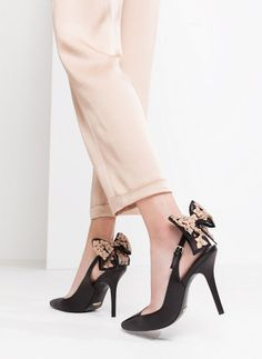 Sapatos abertos com laço