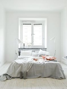 neutral gray bedroom / chambre