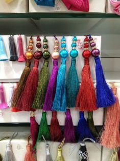 El blog de Georgina: Estamos aquí.... Diy Fabric Jewellery, Textile Jewelry, Burgundy Bag, Woven Belt, Boho Bags, Embroidered Jeans, Fashion Sewing, Textiles, Fancy