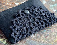 Diese elegante Tasche/Kupplung besteht aus reinem Leinen und schließt mit Hand gehäkelte Deckchen Detail und Leinen Knopf.  Mit Baumwollstoff gefüttert. Leichtbau ohne Schnittstellen.  Ca. Maße: Länge: 7 Zoll/18 cm Höhe: 4,7 Zoll/12 cm  Vor Ort reinigen oder waschen, trockenen Wohnung übergeben.  Sehr praktisch für die Organisation von kleinen Dinge in Ihrer Handtasche, für Make-up, Kosmetik etc.. Es ist ein Geat-Geschenk!  Danke fürs Ansehen