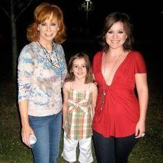 Kelly Clarkson, Reba McEntire, and Brandon Blackstock's daghter, Savannah.