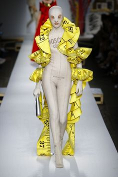 Moschino Spring 2019 Ready-to-Wear Fashion Show Collection: See the complete Moschino Spring 2019 Ready-to-Wear collection. Look 57 Fashion Fail, Weird Fashion, Fashion Weeks, Fashion Show, Fashion Trends, Milan Fashion, Fashion Fashion, High Fashion, Fashion Inspiration