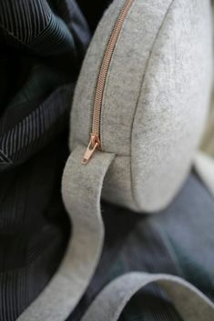 Latest No Cost sewing hacks how to use Thoughts Trendige Circle Bag selber nähen - mit kostenloser Anleitung Sewing Hacks, Sewing Tutorials, Sewing Tips, Diy Bags Purses, Diy Purse, Diy Accessoires, Leftover Fabric, Love Sewing, Sewing Projects For Beginners